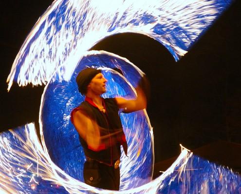 Feuer-Choreografie mit Seilen