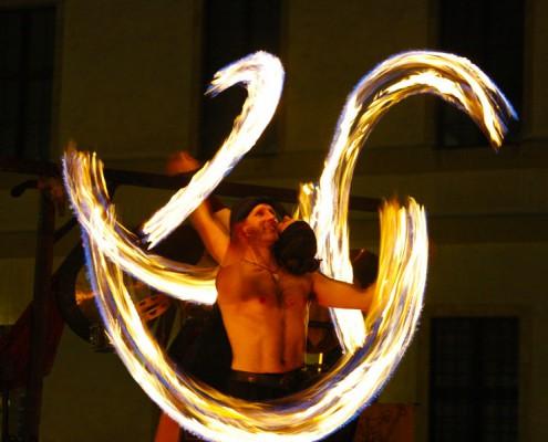 Artistik mit Feuer-Poi